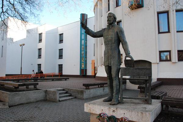 Eötvös József (egész alakos szobor)