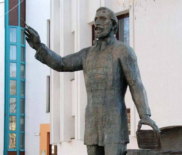 Eötvös József (egész alakos szobor, részlet)